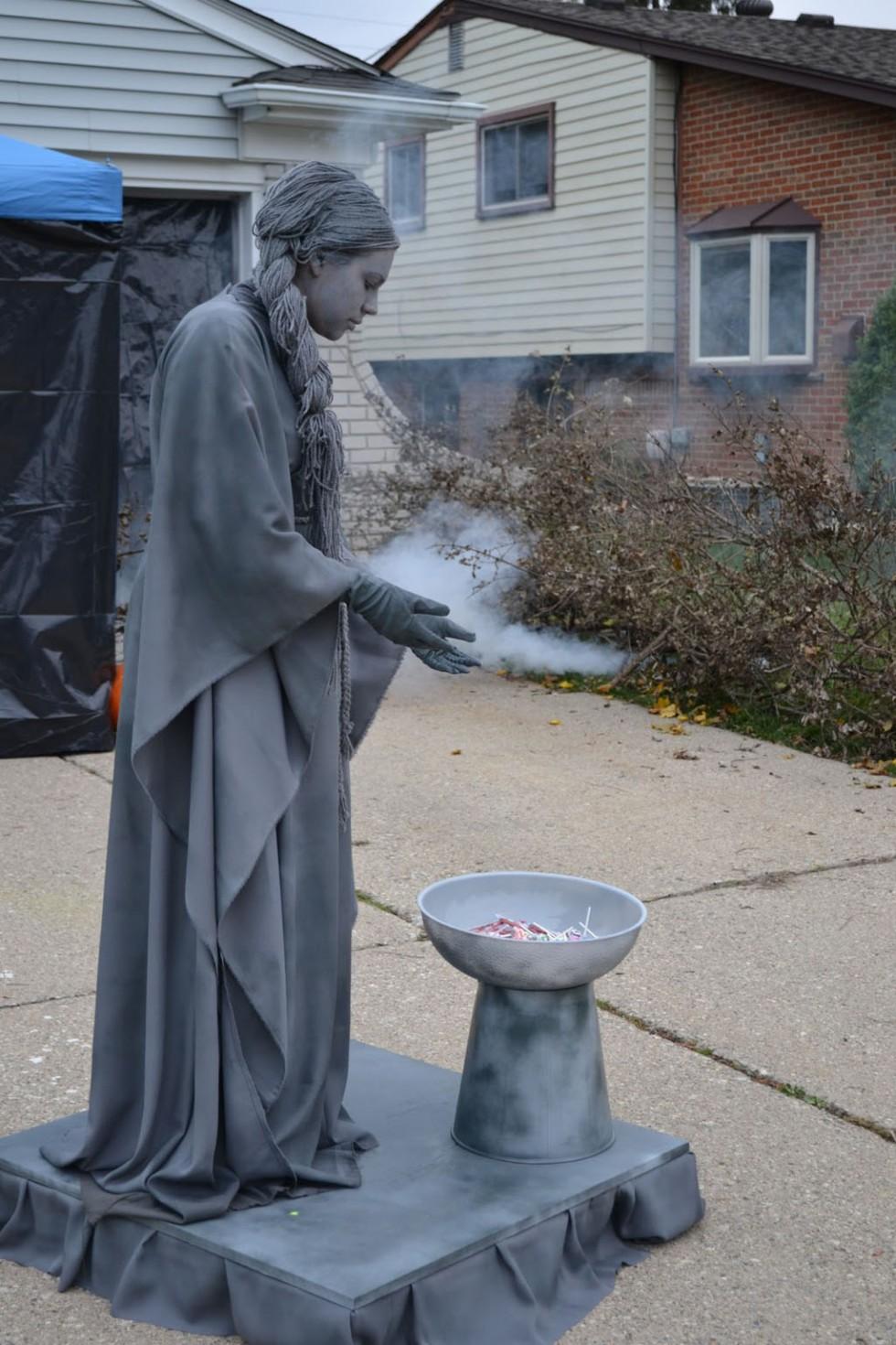 living statues woman