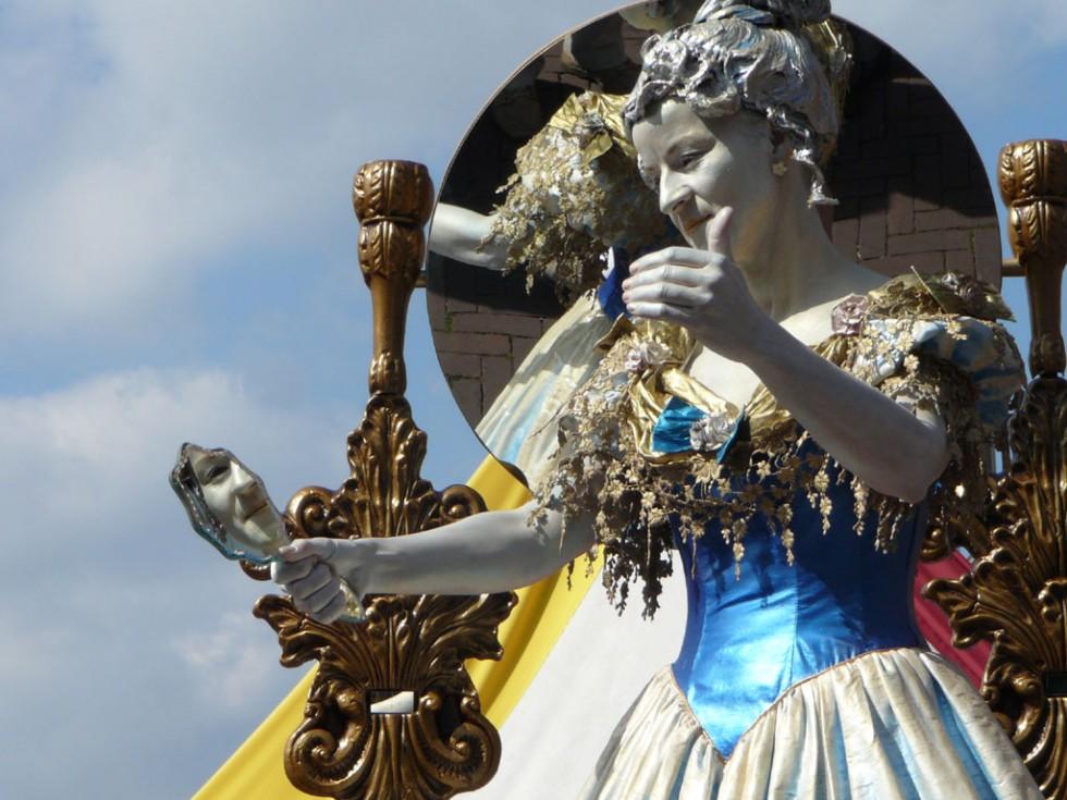 living statues lady