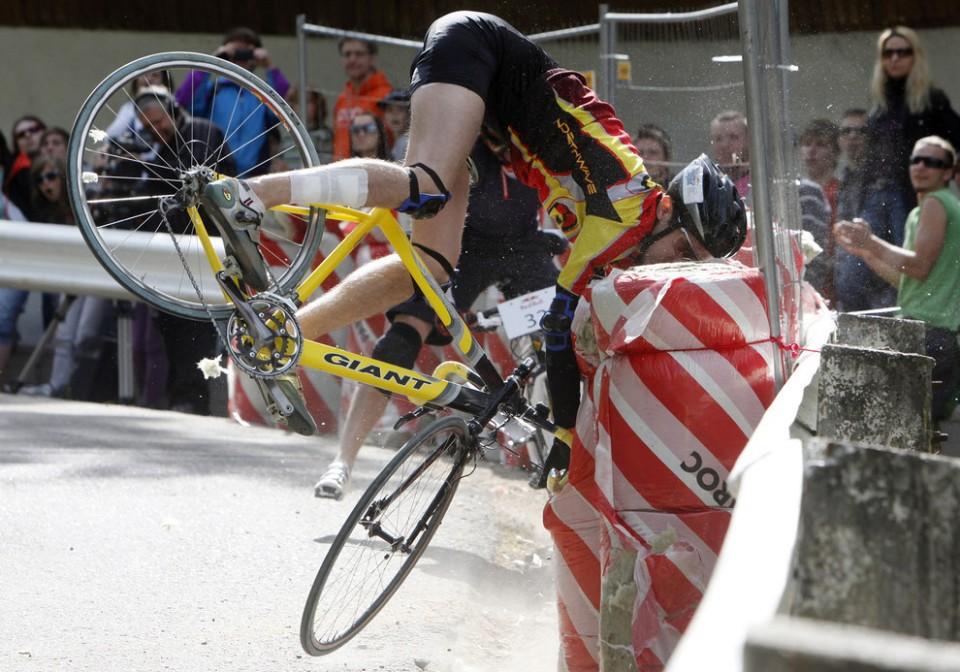 5 people falling off bikes