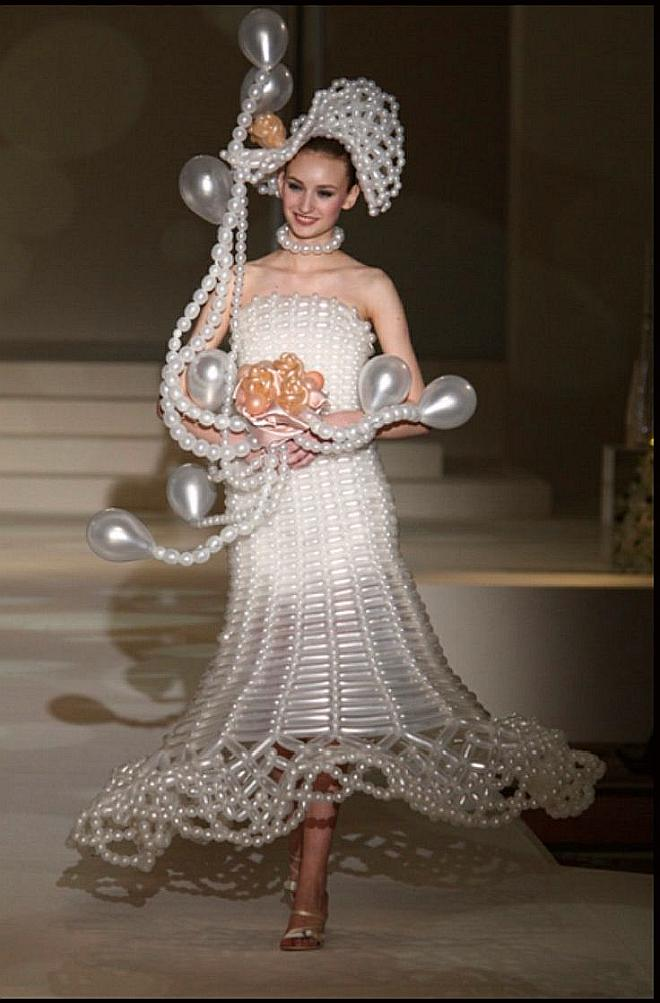 funny wedding dress balloons