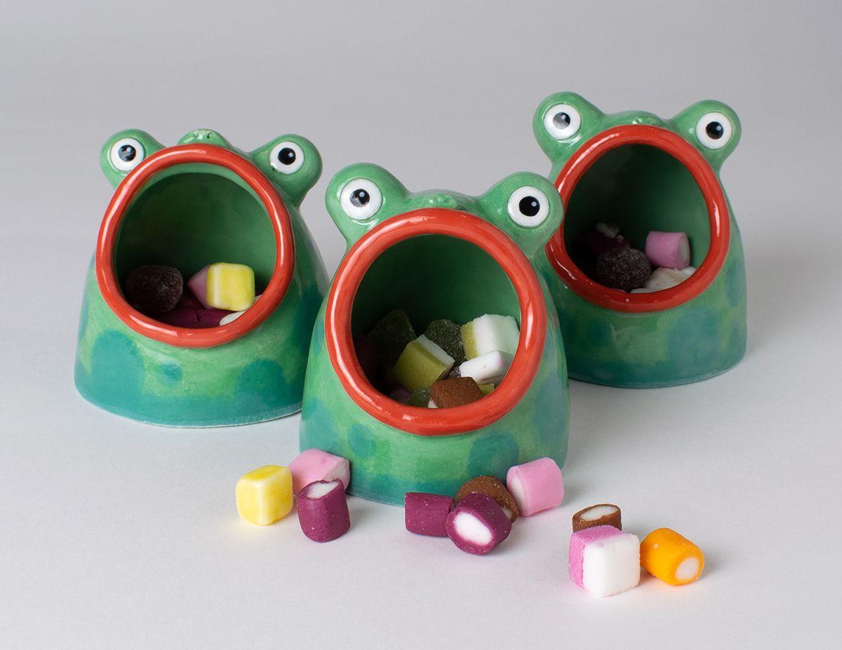 funny ceramic artwork noseymungo frogs helen burgess