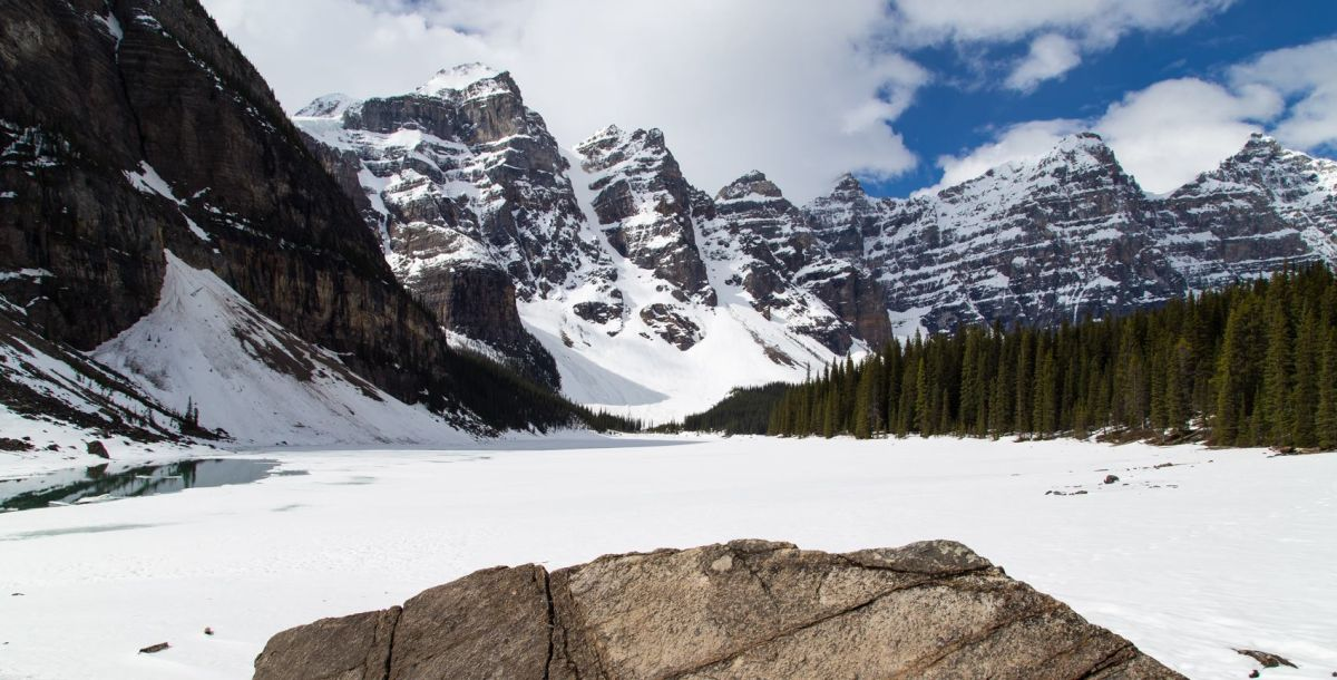 beautiful moraine lake park canadian rockies