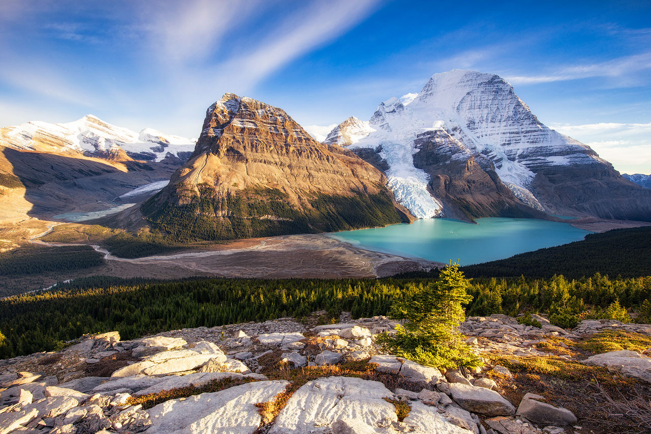 beautiful berg lake mount robson canadian rockies